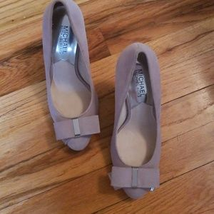 Michael Kors light grey pumps with bow